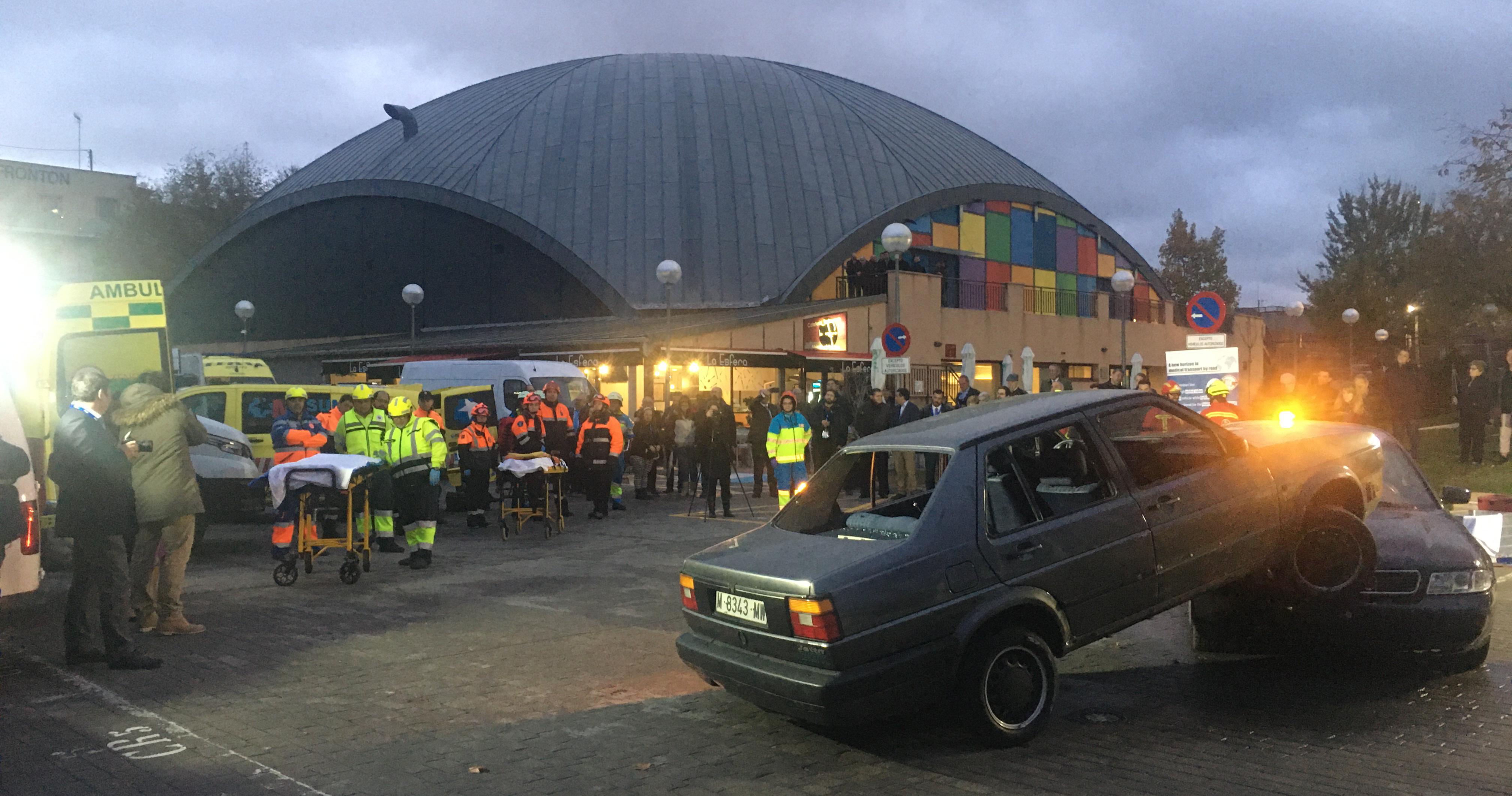 Instantes previos al comienzo del taller de excarcelación de un coche por la noche